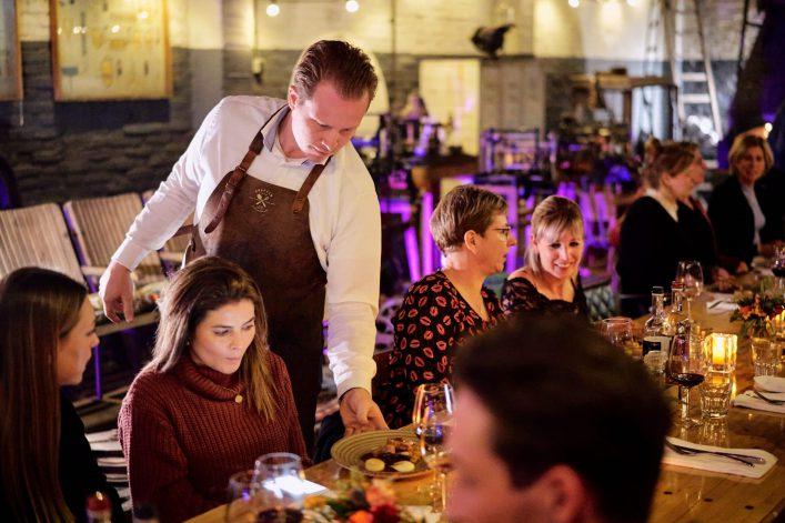 """Bij Dreez interieur en rariteiten is 3 dagen een pop-up restaurant. Het diner """"de tafel"""", aan een 7 meter lange tafel wordt verzorgd door stout eten en drinken. Het restaurant aan de dorpsstraat in Aarle-Rixtel."""